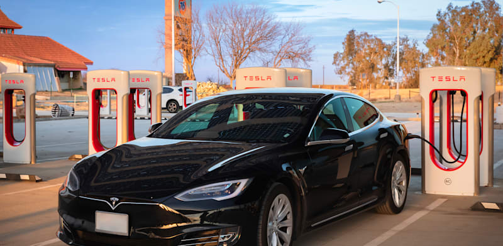 מכונית טסלה בטעינה בקליפורניה. בישראל כלי רכב חשמליים הם מיעוט ייחודי / צילום: Shutterstock