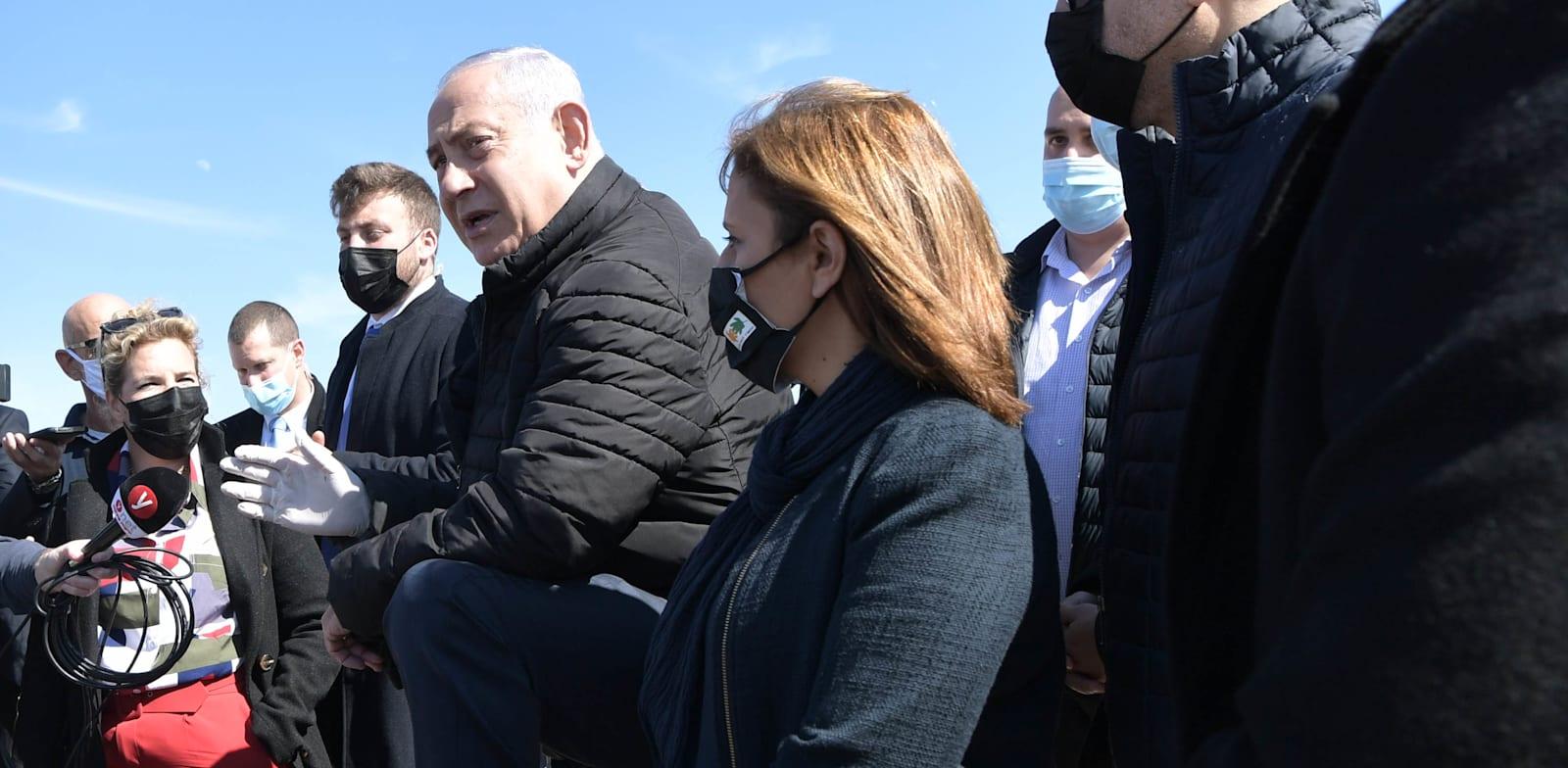 """ראש הממשלה בנימין נתניהו והשרה להגנת הסביבה גילה גמליאל בחוף ים באשדוד בעקבות דליפת הנפט שגרמה לזיהום בחופי הארץ / צילום: קובי גדעון, לע""""מ"""