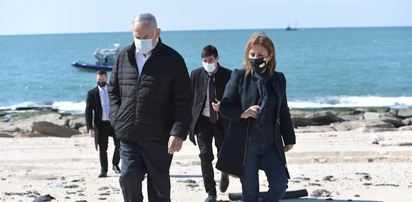 """רה""""מ בנימין נתניהו והשרה להגנת הסביבה גילה גמליאל בחוף ים באשדוד בעקבות אסון הזפת / צילום: קובי גדעון-לע""""מ"""