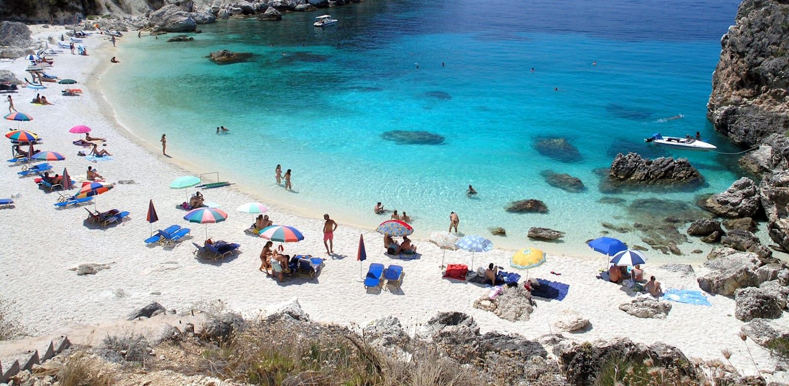 חוף הים באגיופילי, יוון. הפוקוס יהיה על תיירי הפנאי / צילום: Shutterstock, Ladislav Bihari