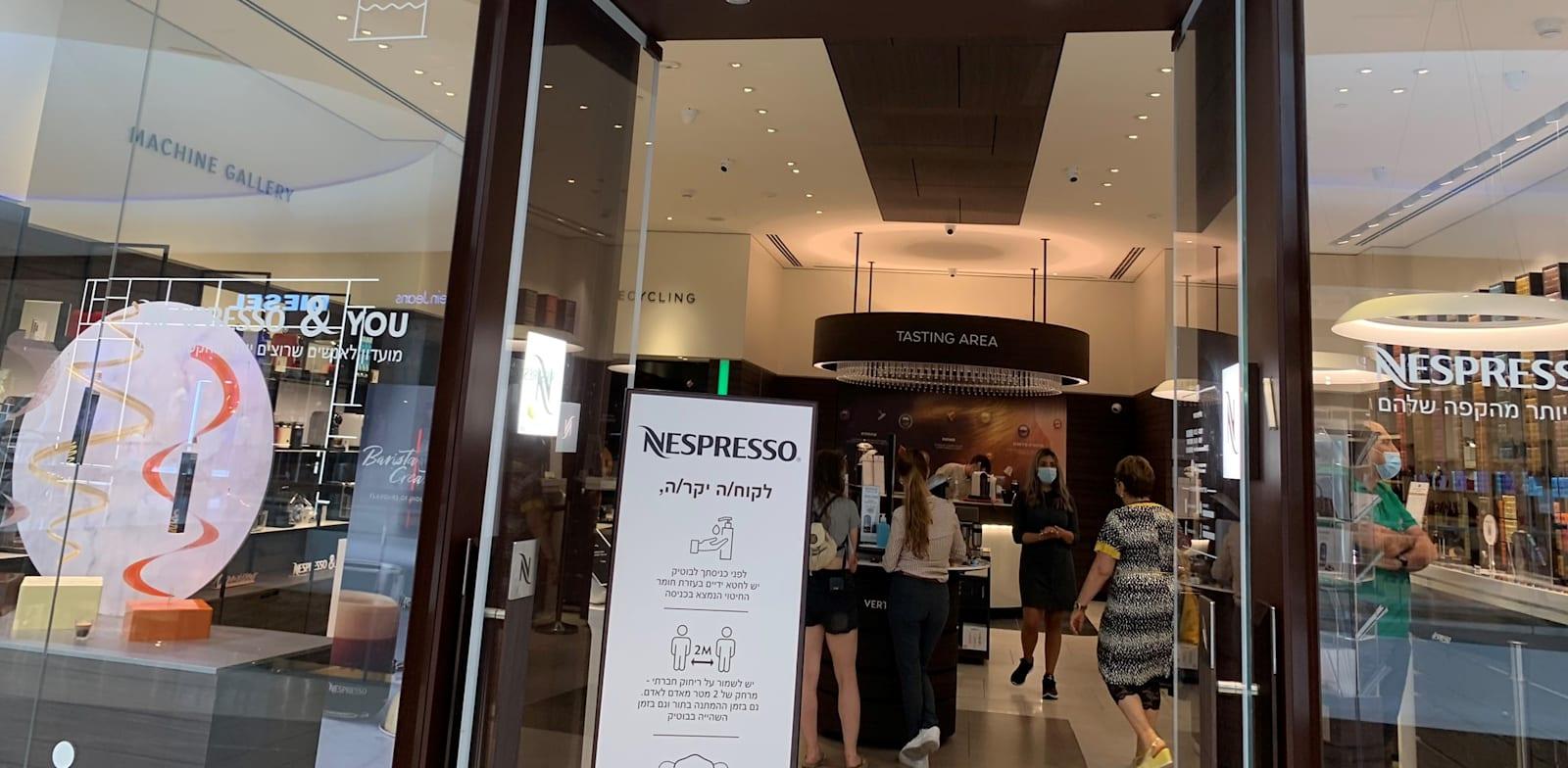 חנות נספרסו בקניון TLV / צילום: שני מוזס