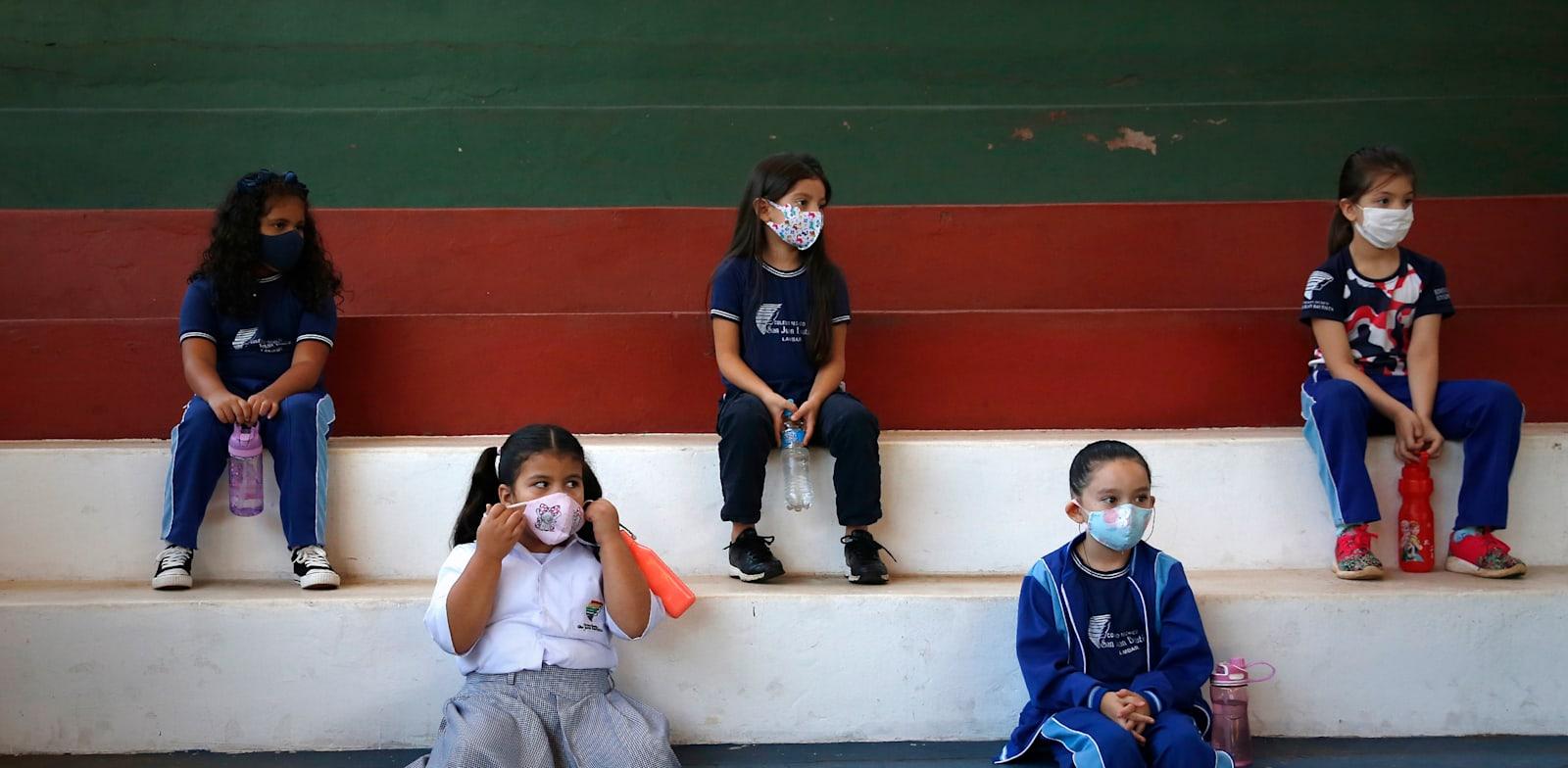 תלמידי יסודי לומדים באולם ספורט פתוח בפרגוואי / צילום: Associated Press, Jorge Saenz