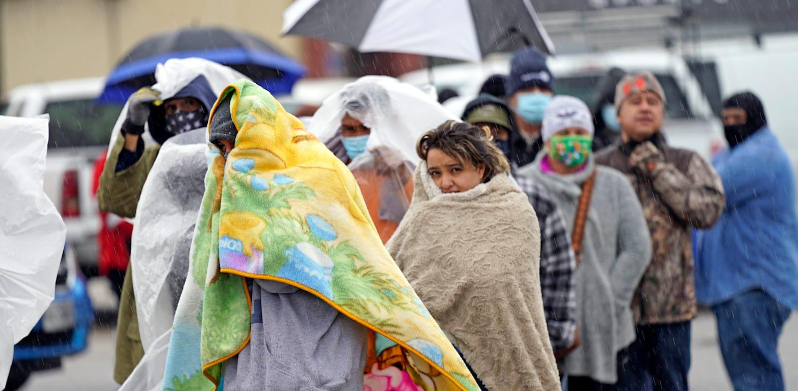תור למילוי מכלי גז פרופאן בשבוע שעבר ביוסטון, טקסס. המתינוו בגשם מקפיא / צילום: Associated Press, David J. Phillip