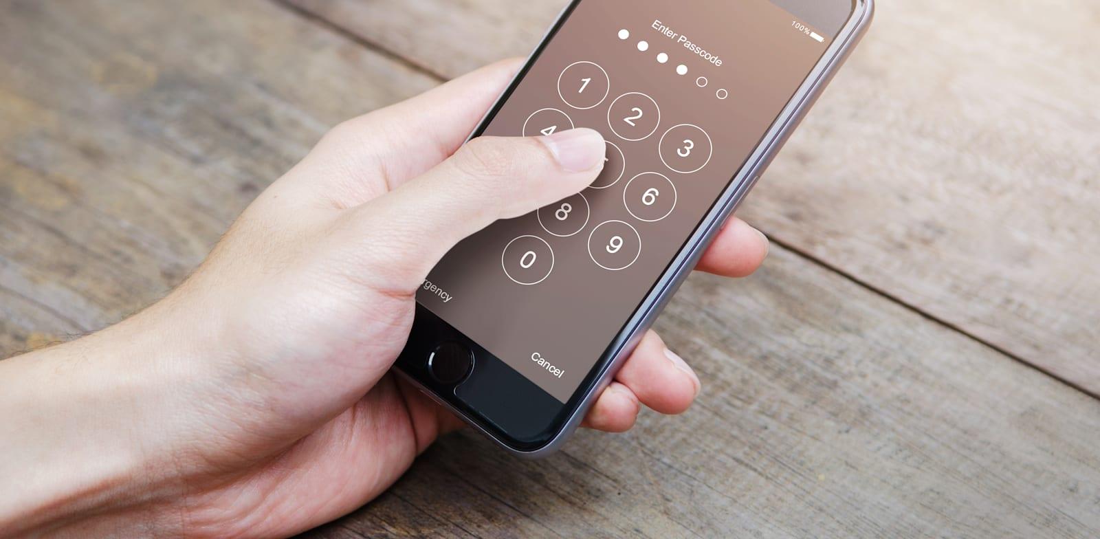 האם ניתן לחשוף את המידע הדיגיטלי של נפטר או שהוא זכאי להגנת הפרטיות / צילום: Shutterstock, oatawa