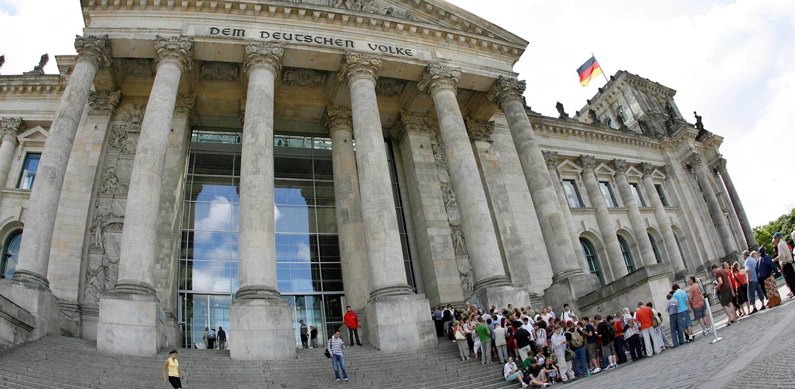 הכניסה לבונדסטאג, הפרלמנט הגרמני בברלין / צילום: Associated Press, Michael Sohn