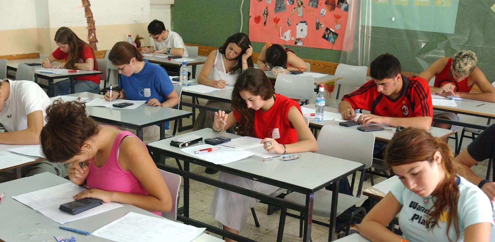 תלמידים נבחנים בבחינות בגרות / צילום: באובאו