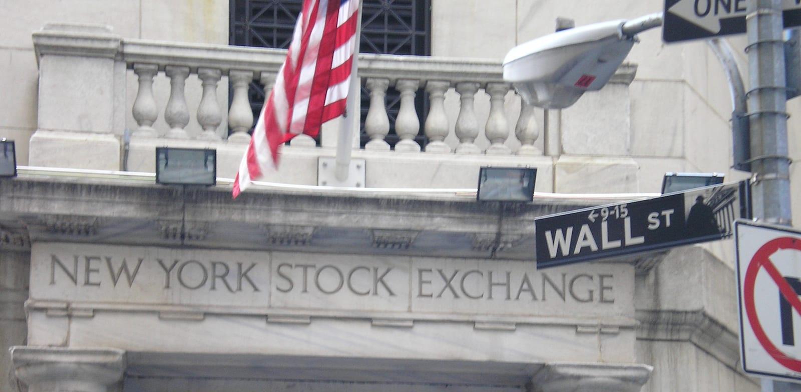 שלט רחוב וול סטריט, והכניסה לבורסת NYSE בניו יורק / צילום: עוזי בלומר