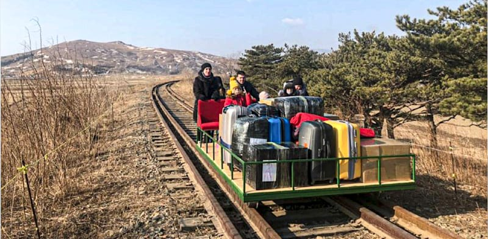 דיפלומטים רוסים חוזרים מצפון קוריאה על עגלת עץ / צילום: Associated Press, Russian Foreign Ministry Press Service