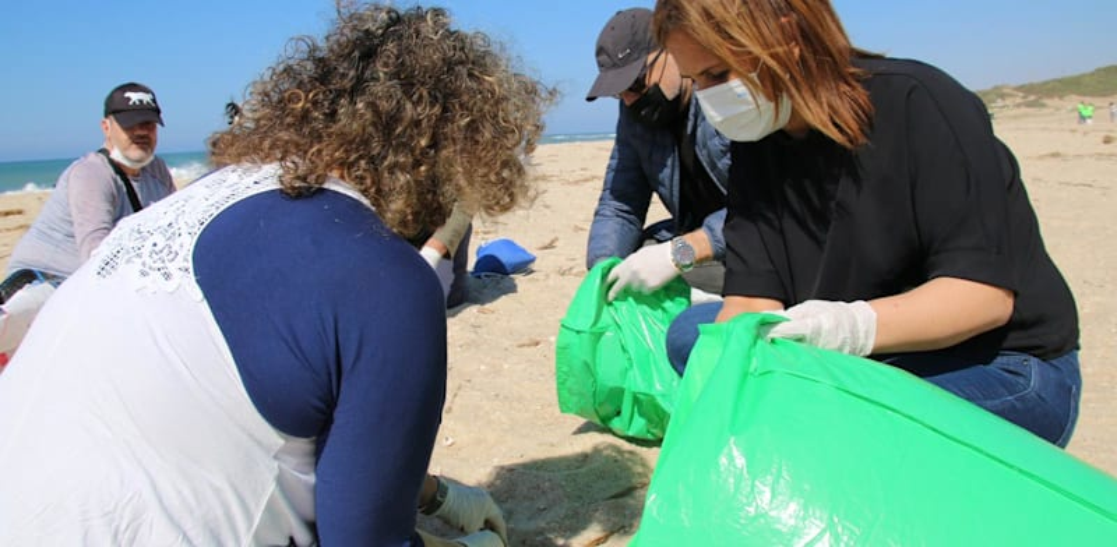 השרה להגנת הסביבה גילה גמליאל בחוף פלמחים בעקבות זיהום הזפת / צילום: המשרד לאיכות הסביבה