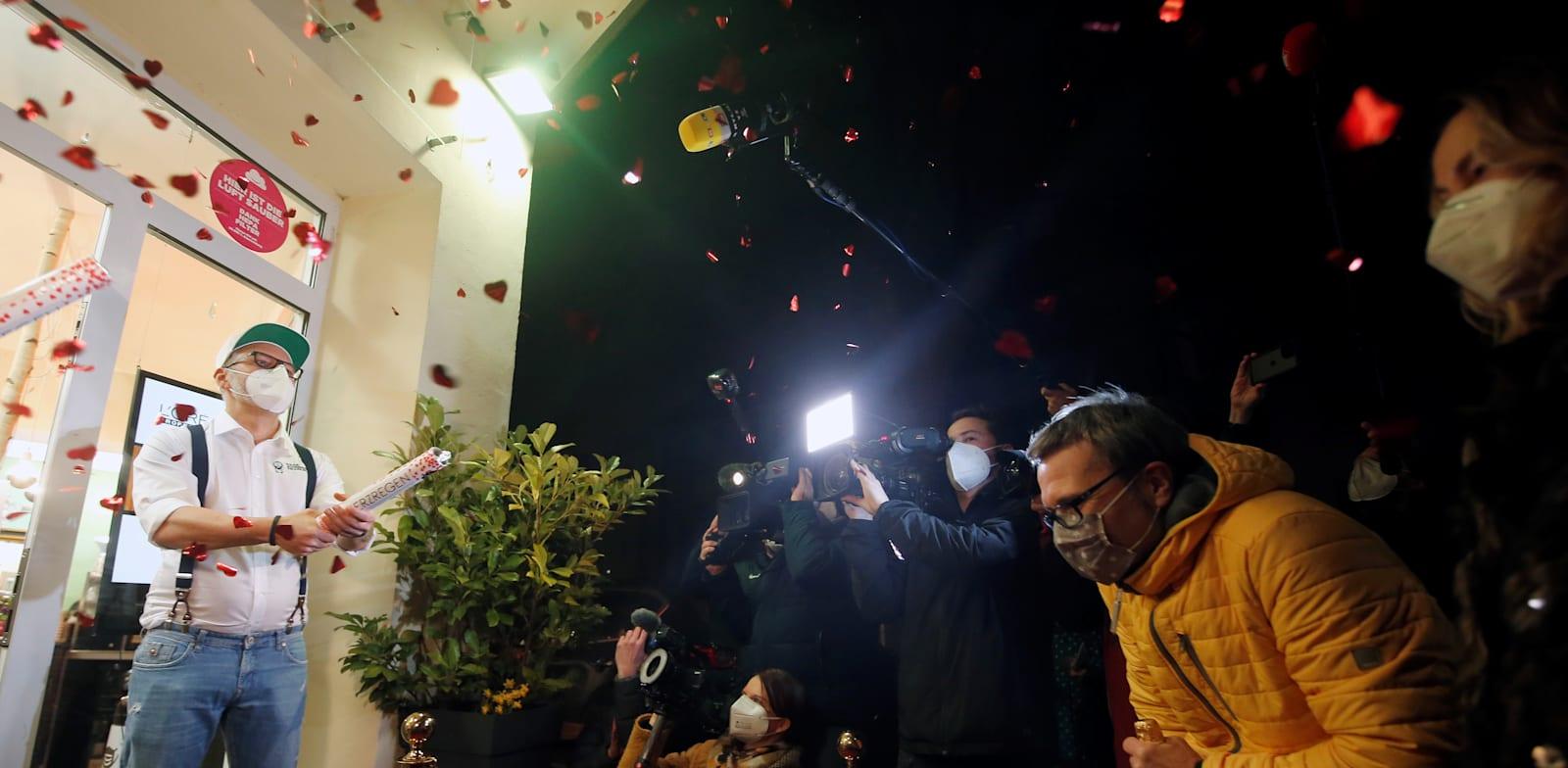 פתיחה חגיגית מחדש של אחת המספרות בגרמניה לאחר שניתן אישור לפתוח / צילום: Reuters