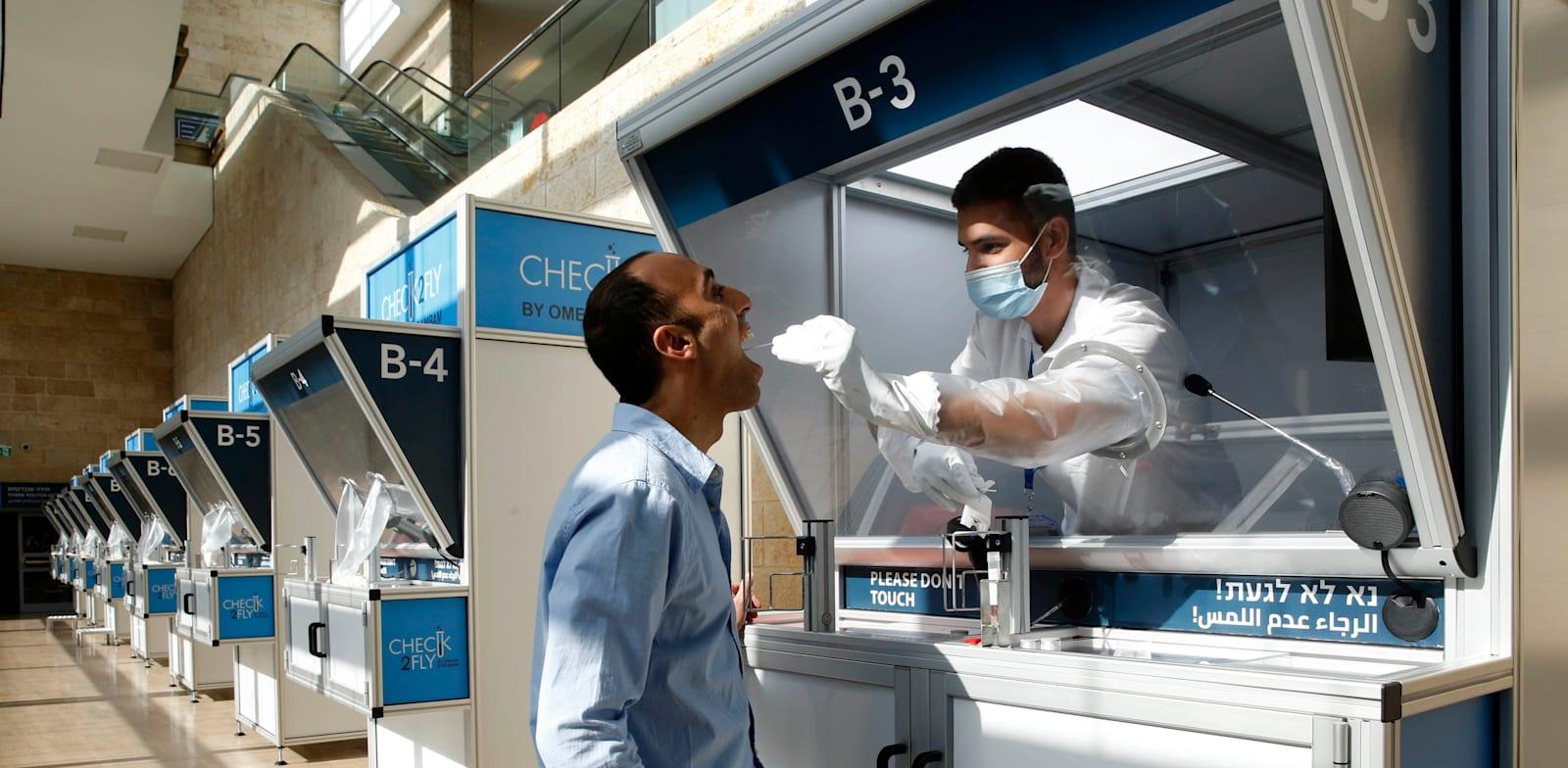 """עמדת בדיקה בנתב""""ג. החיסונים כנראה לא יפטרו אותנו מהצורך בבדיקות מדי פעם / צילום: Shutterstock"""