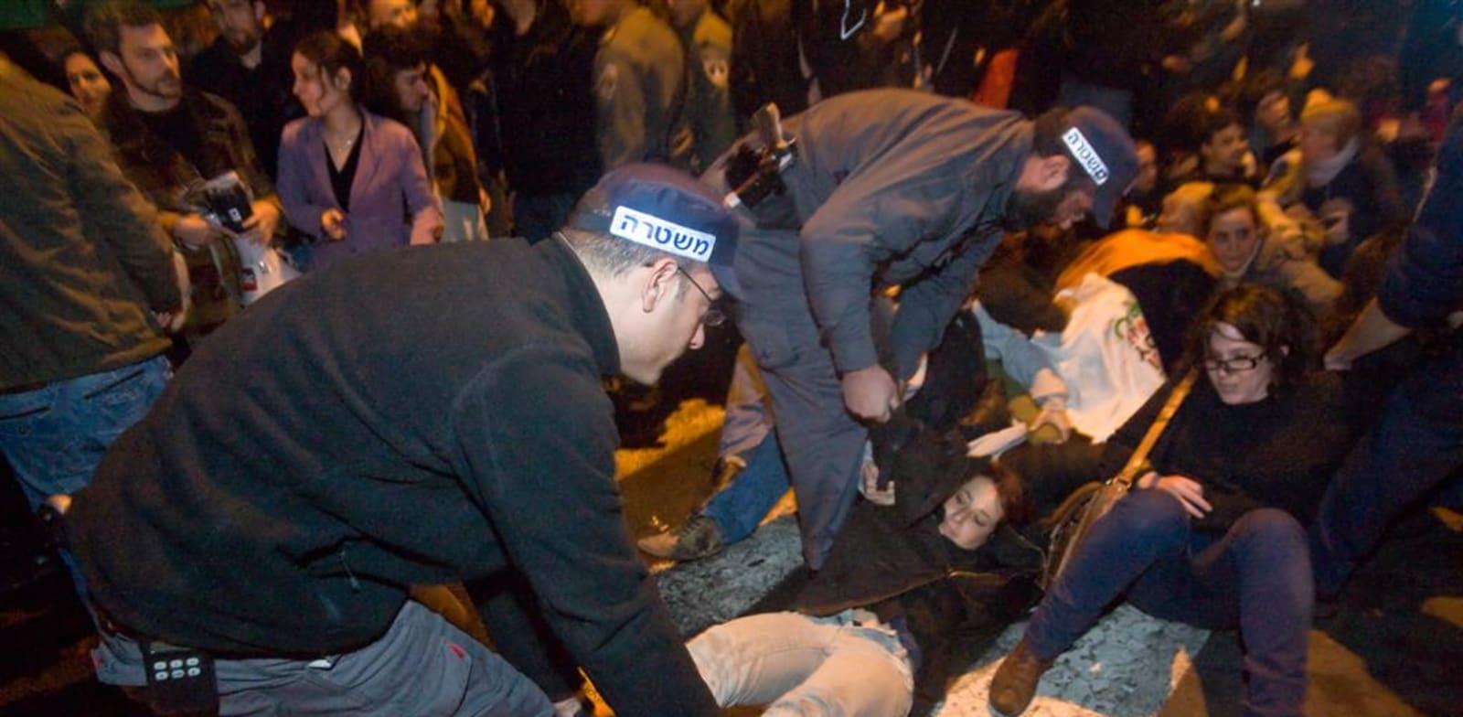 שוטרים במהלך הפגנה / צילום: דימה וזינוביץ