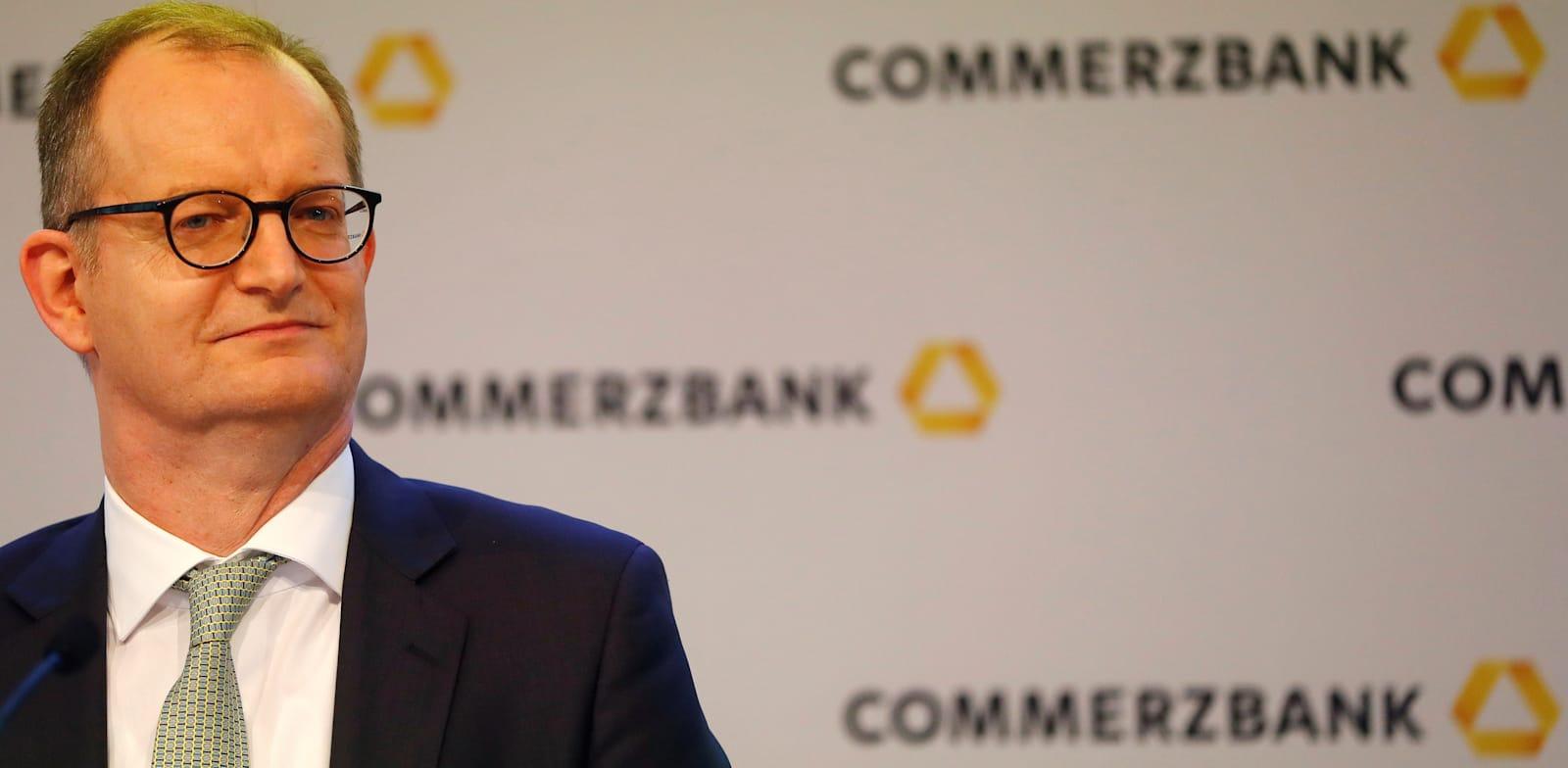 """מנכ""""ל """"קומרצבנק"""", מרטין זילקה. המסר של הבנק: שלמו 0.5% ריבית על הפקדונות או שתעזבו / צילום: Reuters, KAI PFAFFENBACH"""