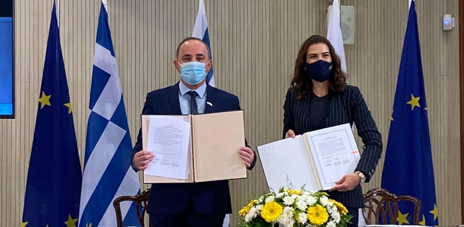 השר יובל שטייניץ ונטאשה פילידס (קפריסין) בהסכם על שיתוף הפעולה / צילום: משרד האנרגיה