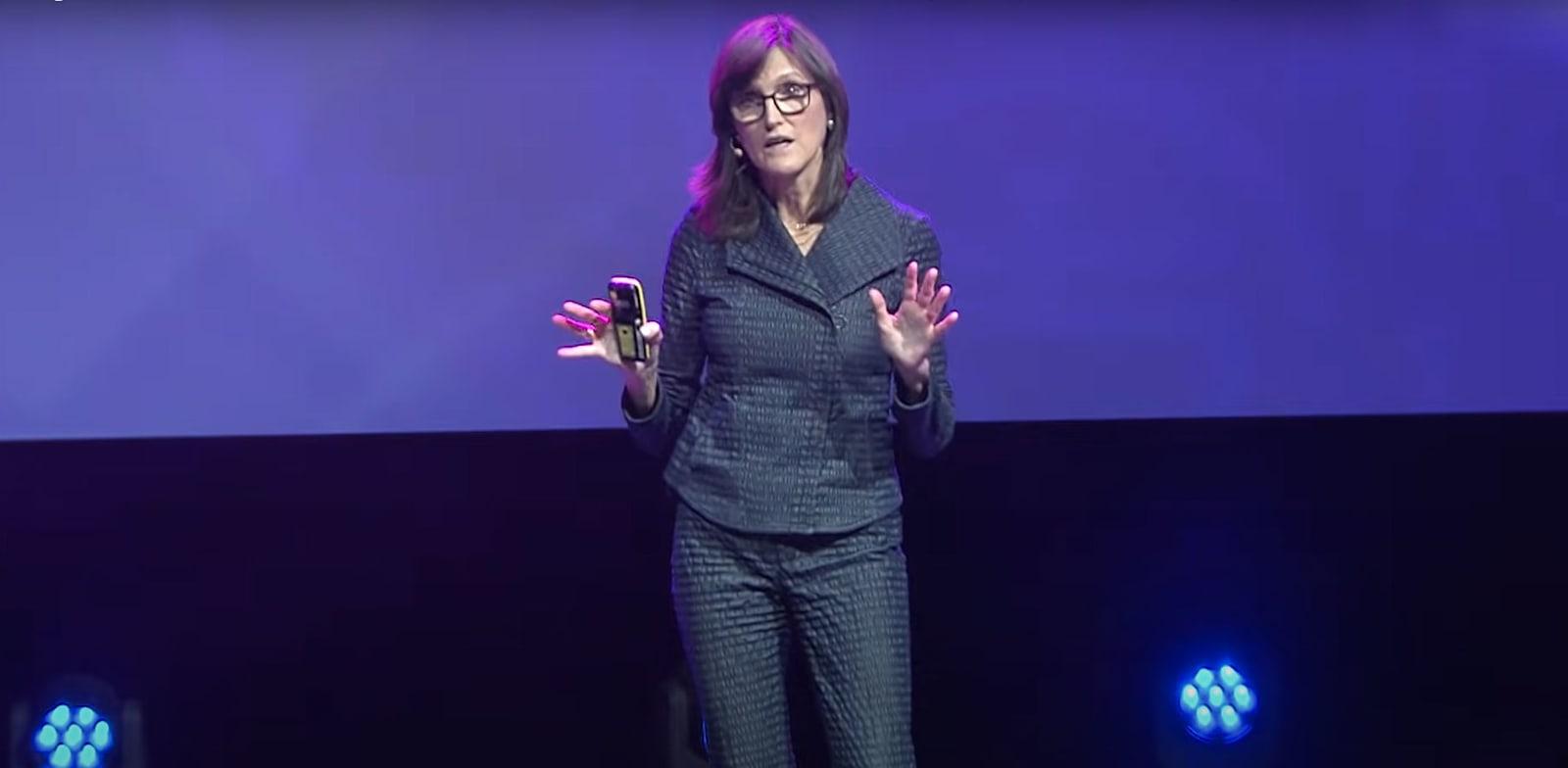 """קתי ווד, מייסדת ומנכ""""לית ARK Invest / צילום: יוטיוב"""