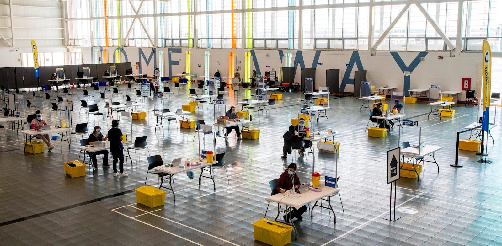מרכז החיסונים באונטריו, קנדה / צילום: Reuters, Carlos Osorio