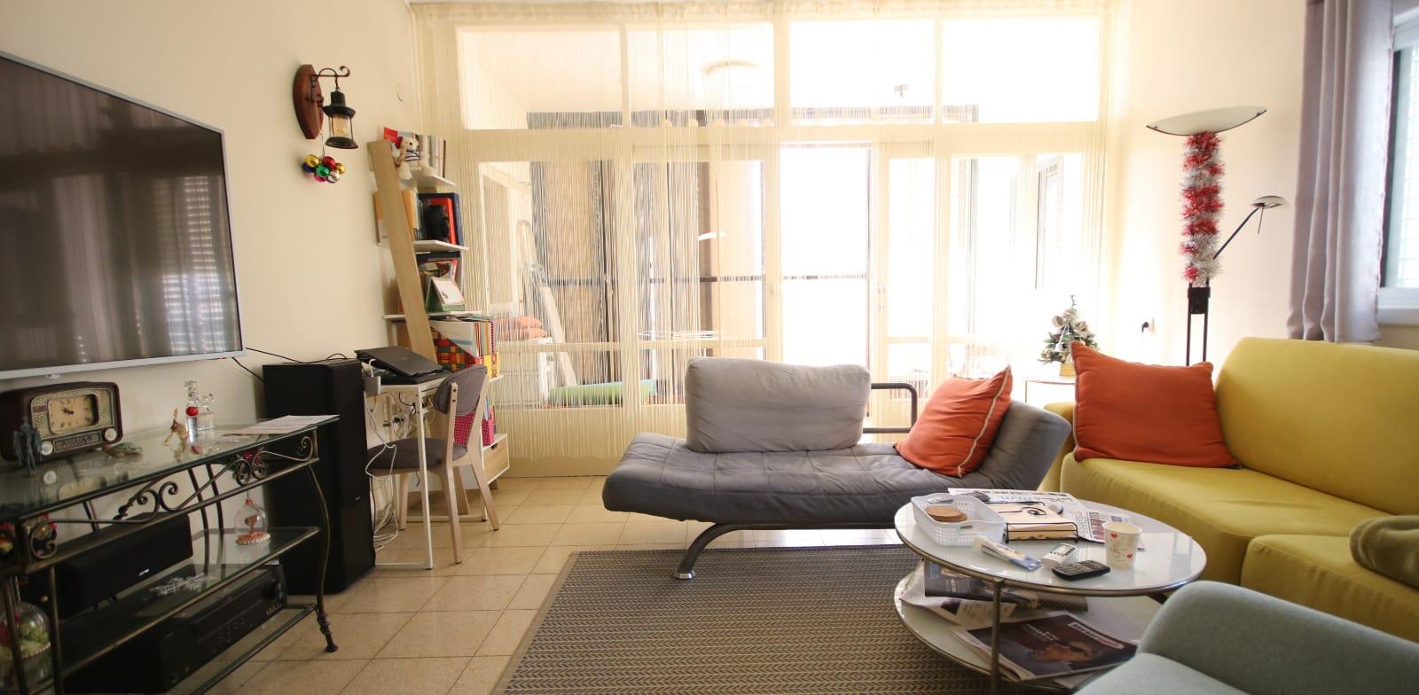 פנים הדירה ברחוב כצנלסון 75 בגבעתיים / צילום: צח בן בסת