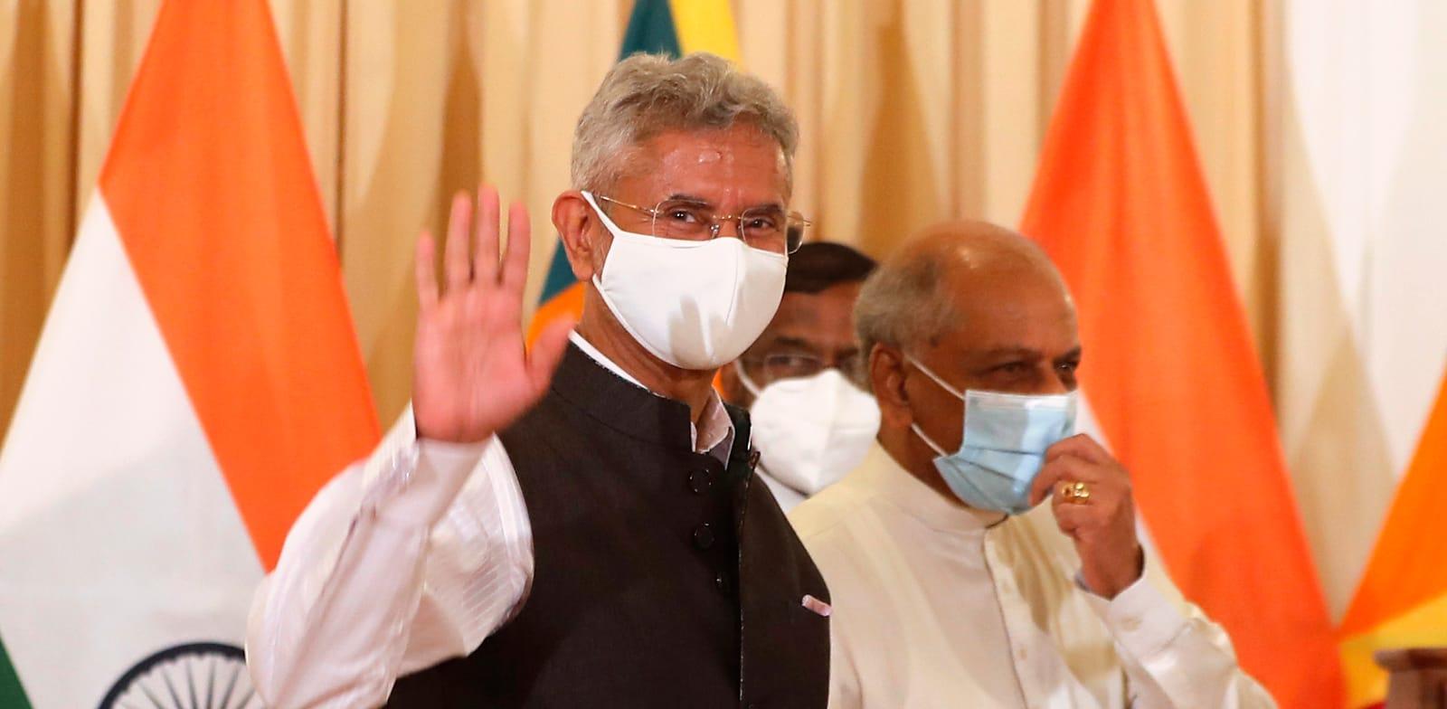 """ד""""ר ג'איישאנקאר, שר החוץ ההודי (משמאל). חצה את הקווים / צילום: Associated Press, Eranga Jayawardena"""
