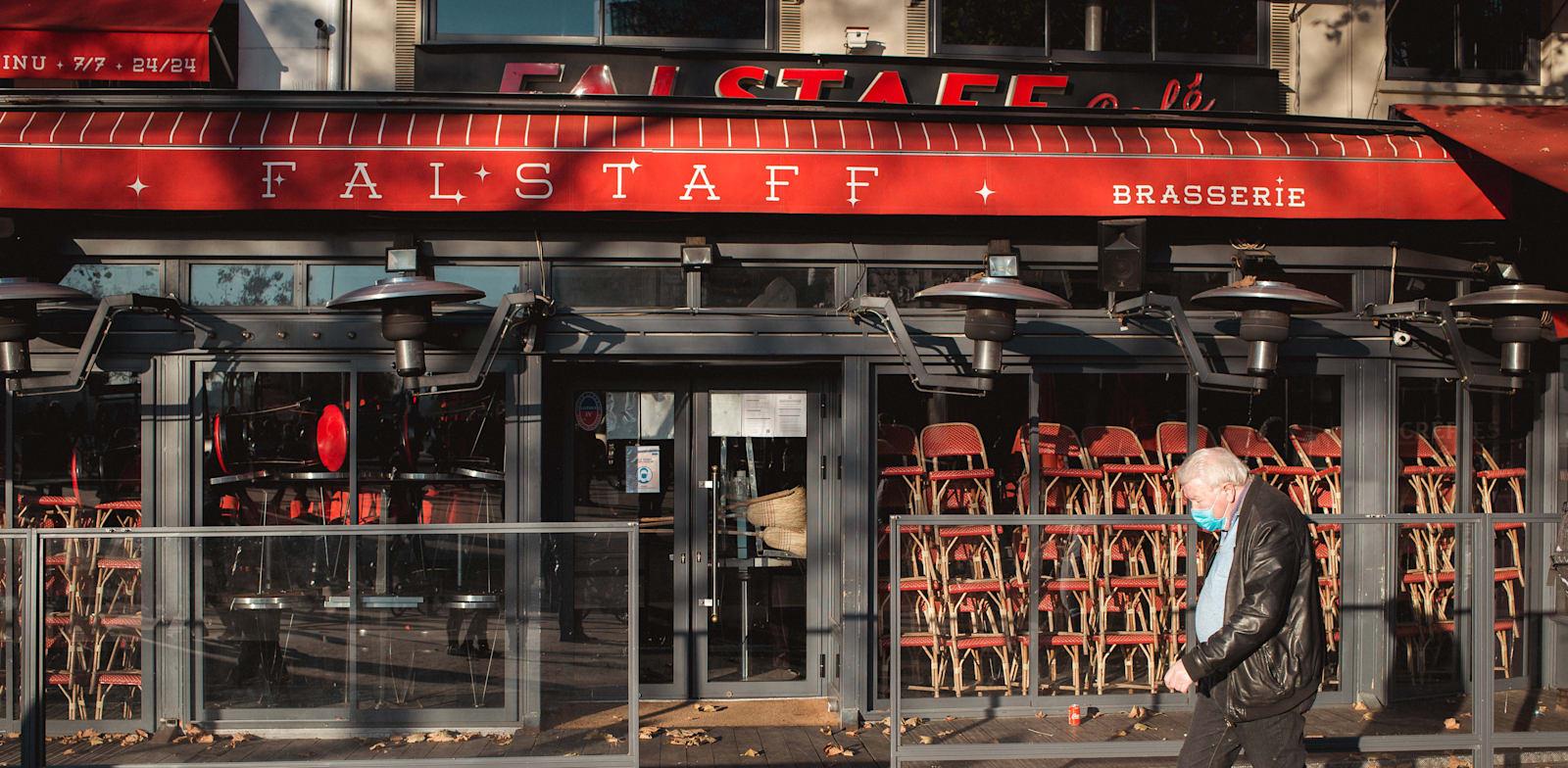 מסעדה סגורה בפריז, צרפת. מספר העובדים הזמניים באיחוד האירופי ירד ב־4.3 מיליון ב־2020 / צילום: Reuters, Léo Pierre
