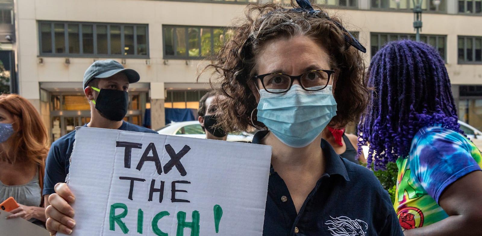 הפנה במנהטן נגד הקיצוצים שהנהיג המושל  קואומו  ובעד מיסוי עשירים / צילום: Reuters, Gabriele Holtermann/Sipa USA