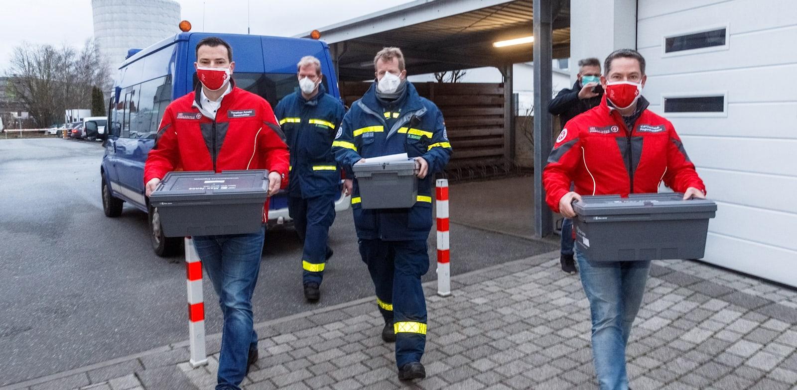 שלושת הארגזים הראשונים של חיסוני פייזר־ביונטק שהגיעו לליבק בגרמניה, ב־27 בדצמבר 2020, יום החיסונים הראשון במדינה / צילום: Reuters