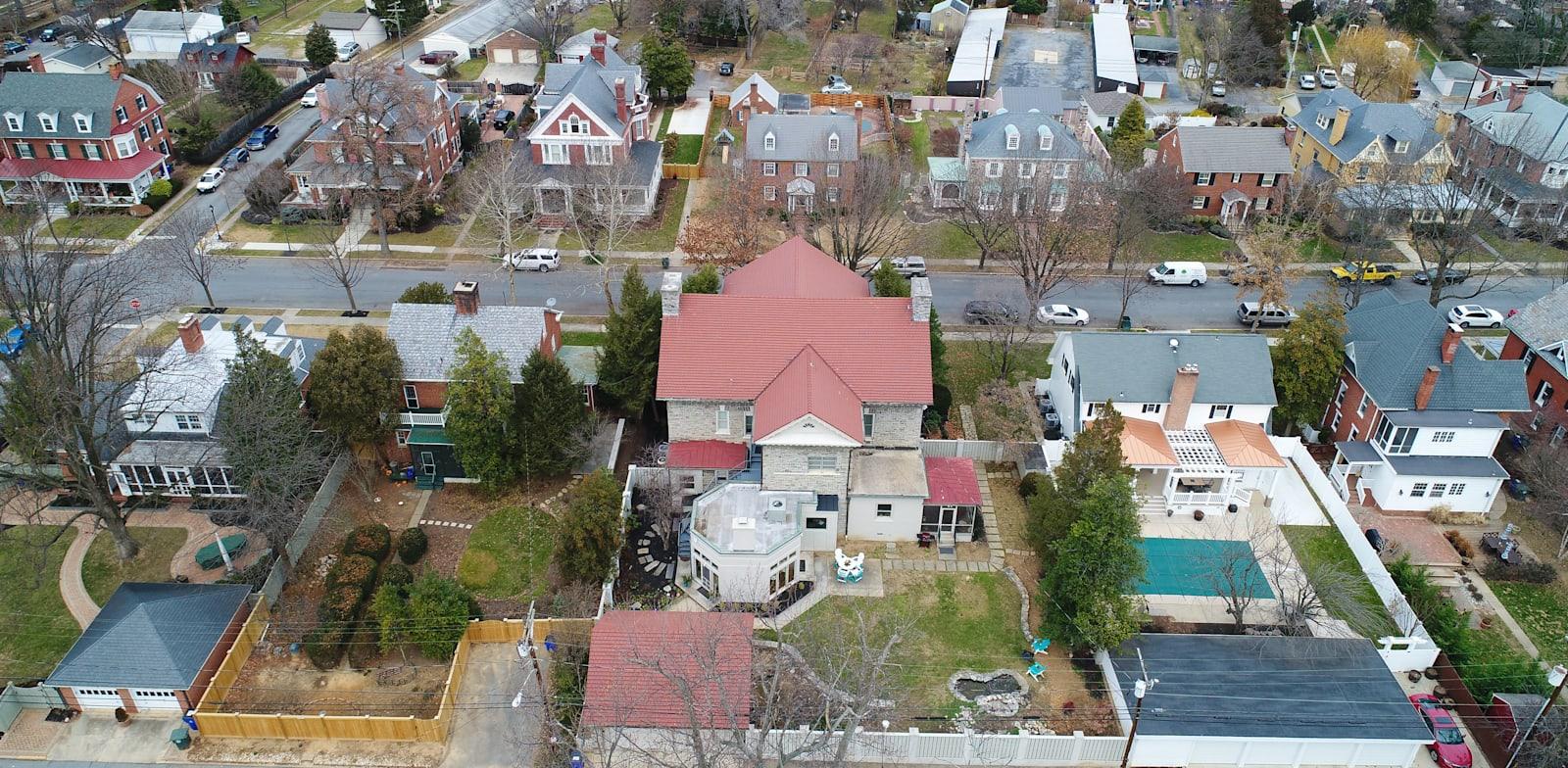 שכונת מגורים. שמונה שבועות בממוצע לבניית בית קטן בחצר / צילום: Shutterstock