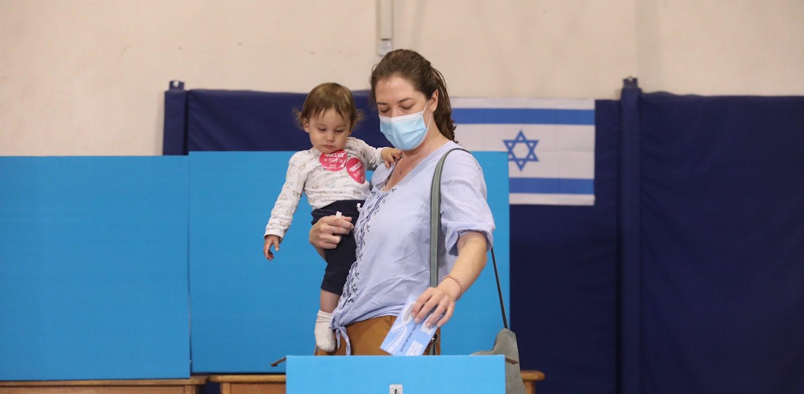 מצביעים בבחירות 2021. פעם רביעית בתוך שנתיים / צילום: מארק ישראל סלם - הארץ