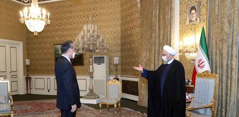 שר החוץ הסיני וונג יי נפגש היום עם הנשיא האיראני חסן רוחאני בביקור רשמי באיראן / צילום: Associated Press, Iranian Presidency Office