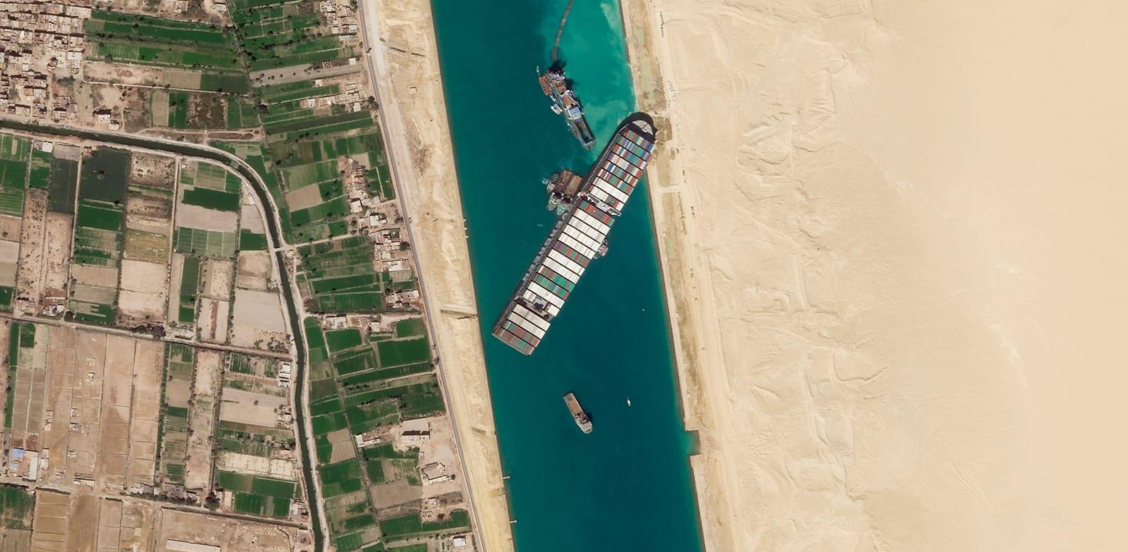 צילום לוויני של הספינה אבר גיבן תקועה בתעלת סואץ. הבוקר נרשמה התקדמות משמעותית בחילוץ הספינה / צילום: Associated Press, Planet Labs Inc