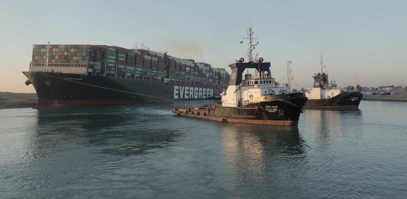 ספינת אבר גיבן מתחילה לצוף לאחר התקדמות בניסיונות החילוץ / צילום: Reuters, Suez Canal Authority/Handout