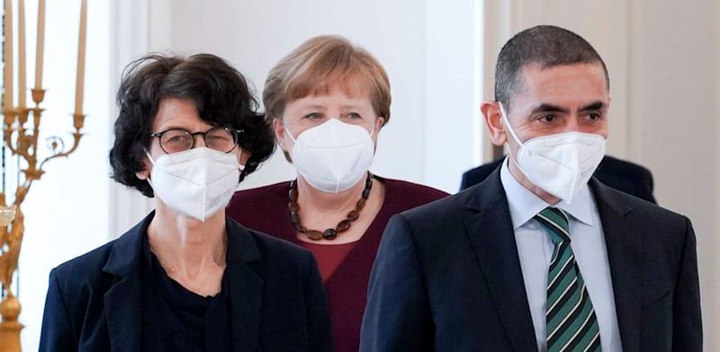 """הפרופ' לרפואה אואור שאהין עם בת זוגו, הד""""ר לרפואה אוזלם תורצ'י ואנגלה מרקל / צילום: Reuters"""