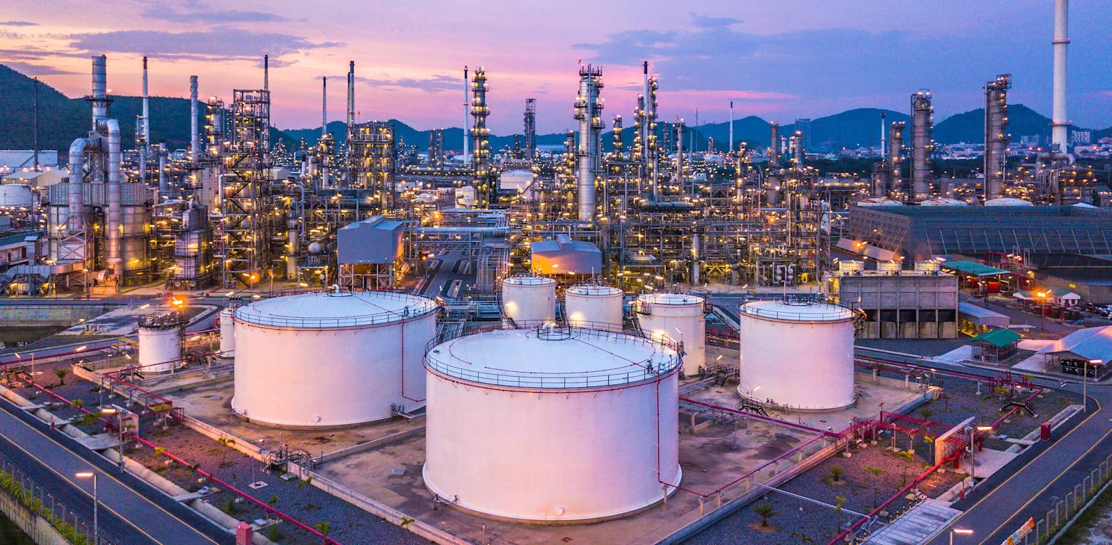 מתקן זיקוק נפט. מספר הבארות המפיקות צנח, והביקוש עולה על ההיצע / צילום: Shutterstock