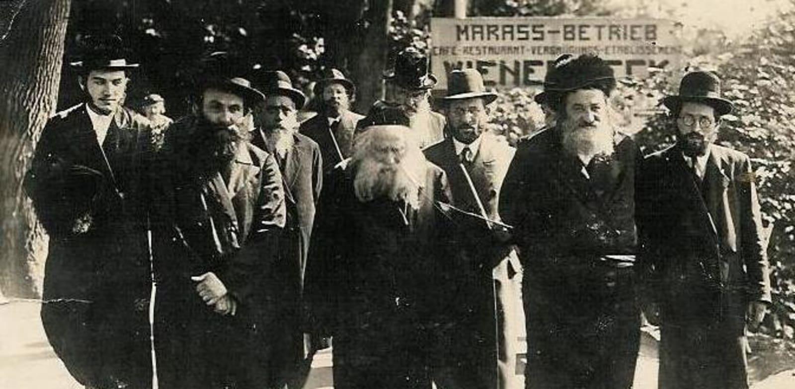 """הרב אברהם מרדכי אלתר, האדמו""""ר מגור (במרכז) / צילום: ויקיפדיה"""