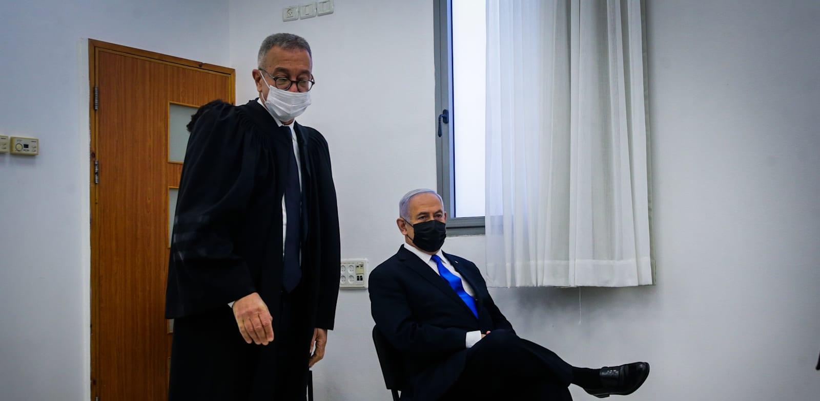 """בנימין נתניהו עם פרקליטו, עו""""ד בעז בן-צור, במשפט היום / צילום: אורן בן חקון"""