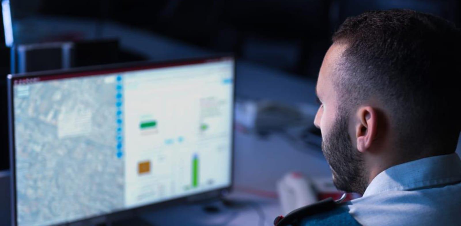 """קצין צה""""ל במרכז שליטה דיגיטלי בחדר קרב. ניתוח המידע הופך מהיר הרבה יותר / צילום: דובר צה""""ל"""
