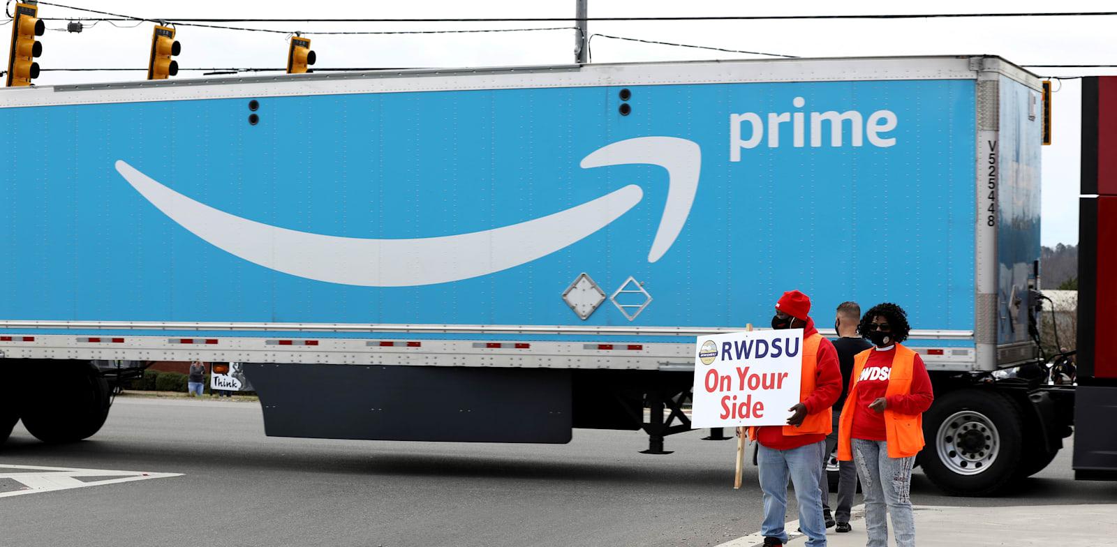 מפגינים מביעים תמיכה בעובדי אמזון, סמוך למרכז בבסמר, אלבמה