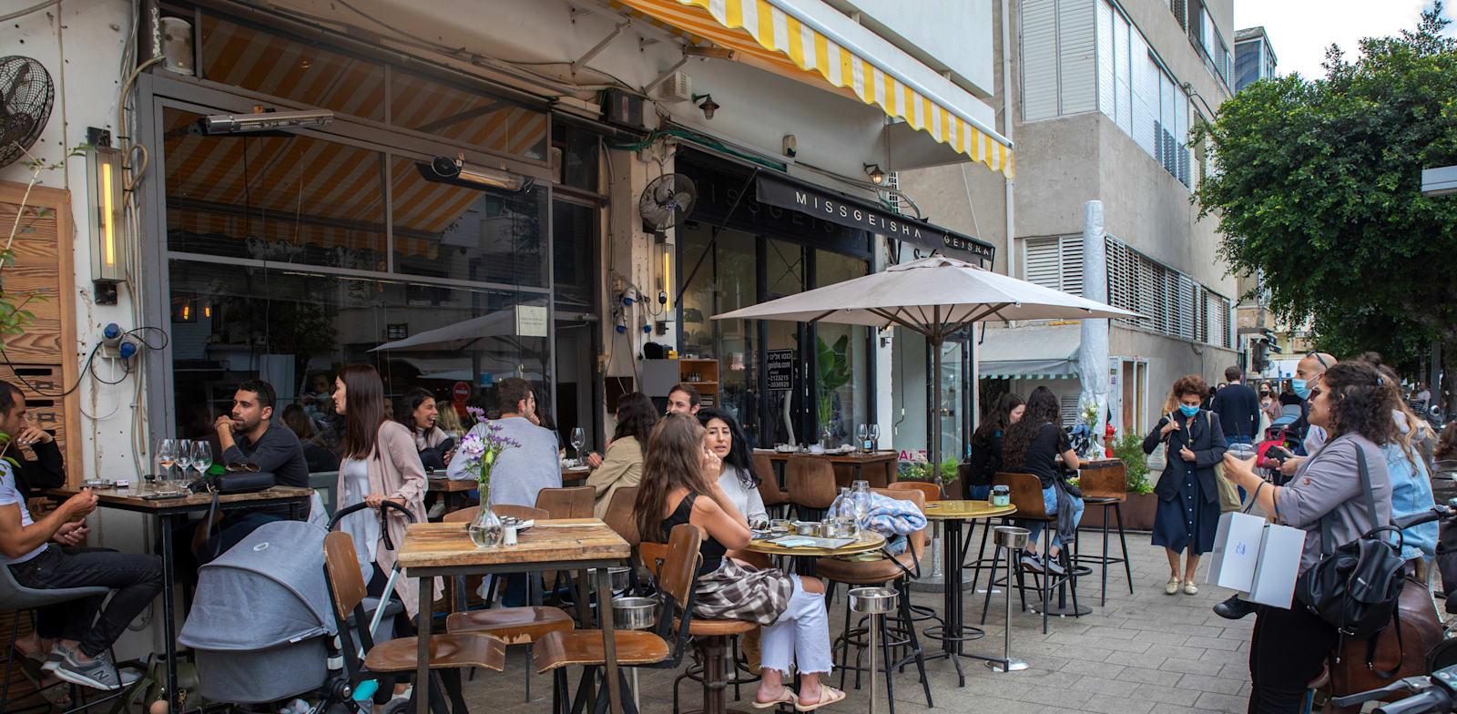 בית קפה בתל אביב. האם אנחנו בטוחים שהגל הרביעי הסתיים / צילום: כדיה לוי