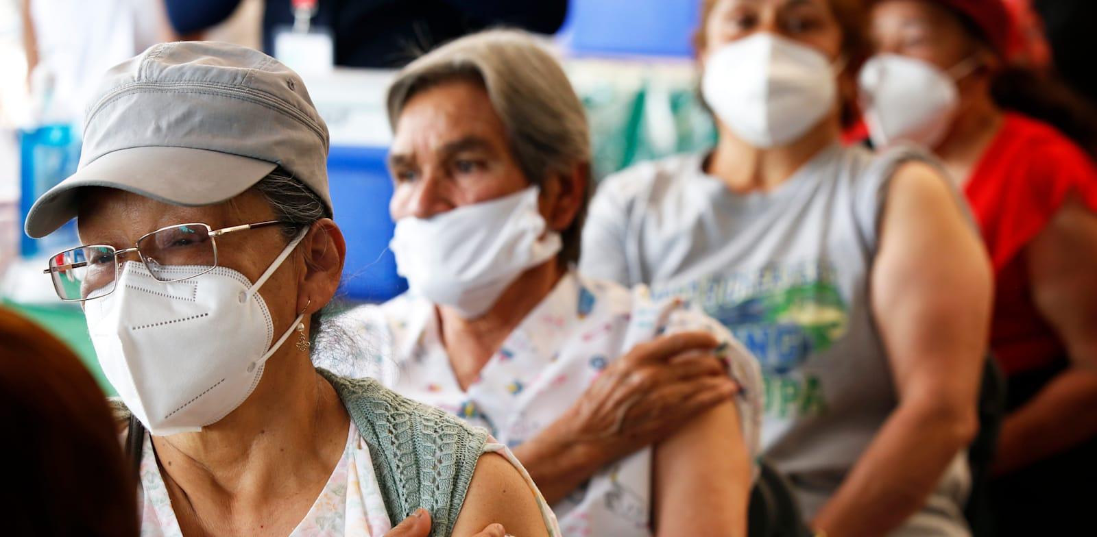 אנשים מעל גיל 60 במקסיקו נמצאים בהשגחה לאחר שקיבלו חיסון לקורונה של אסטרהזנקה / צילום: Associated Press, Marco Ugarte