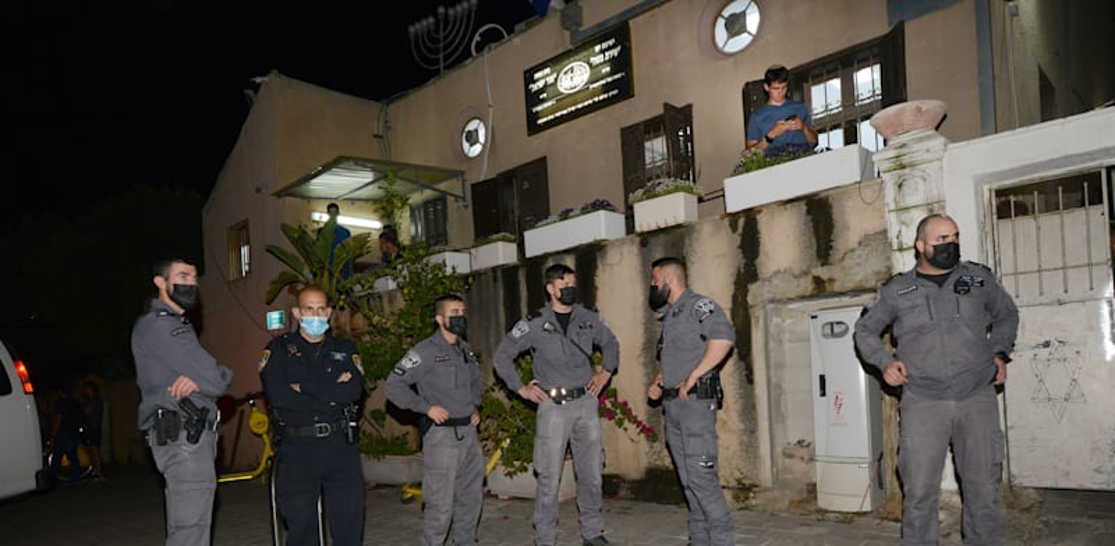 שוטרים ביפו בעקבות המהומות לאחר תקיפת הרב אליהו מאלי / צילום: איל יצהר