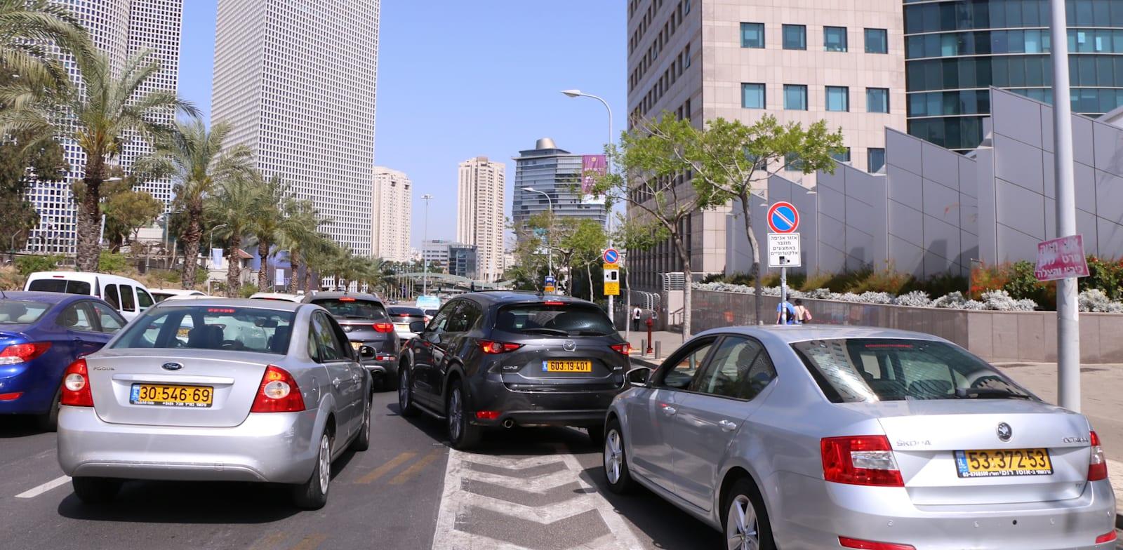 היציאה מחניון קריית הממשלה בתל אביב. פקק שנשפך לפקק אחר / צילום: כדיה לוי