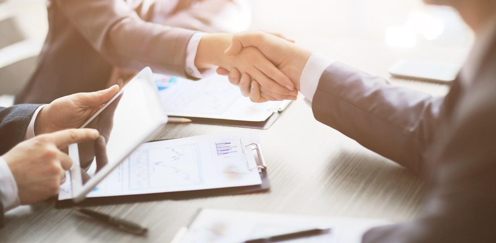 המשקיעים מחכים לעסקים / צילום: Shutterstock