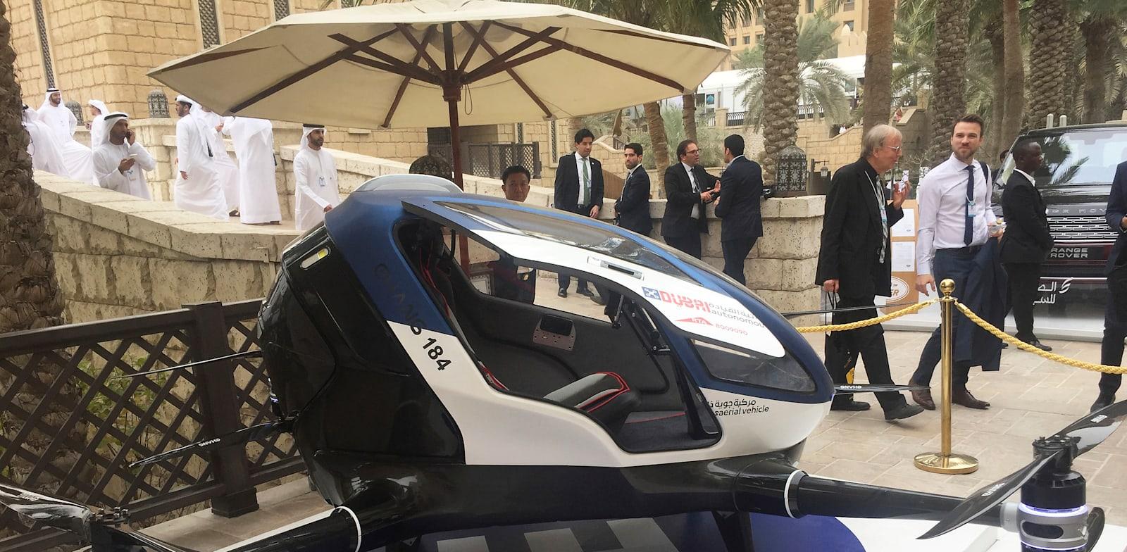 אחד הפיתוחים למונית אוטונומית שהוצג בכנס עולמי בדובאי / צילום: Associated Press, Jon Gambrell