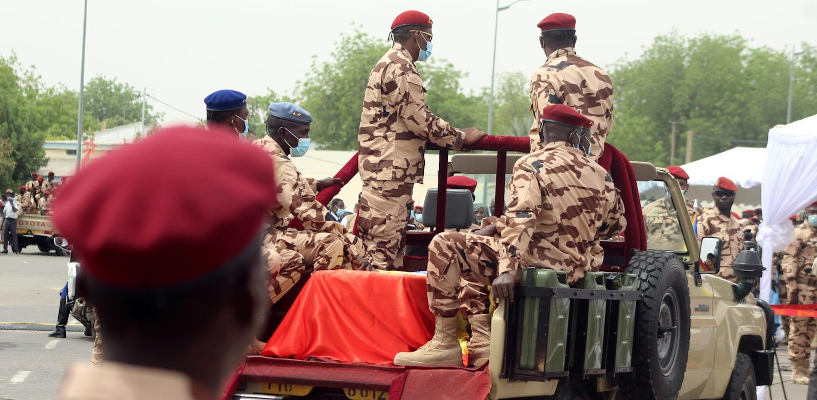 חיילים מובילים את ארונו של נשיא צ'אד המנוח אידריס דבי במהלך הלווייתו הממלכתית בבירה נג'מנה / צילום: Reuters, Oredje Narcisse
