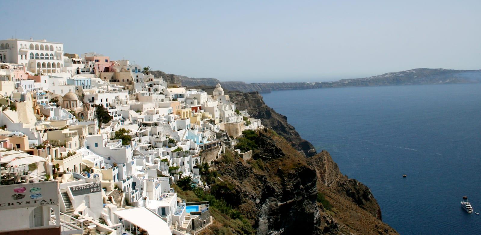 האי סנטוריני ביוון. נוסעים רבים לא קיבלו את כספם גם אחרי יותר מ־90 יום / צילום: Associated Press, Kristi Eaton