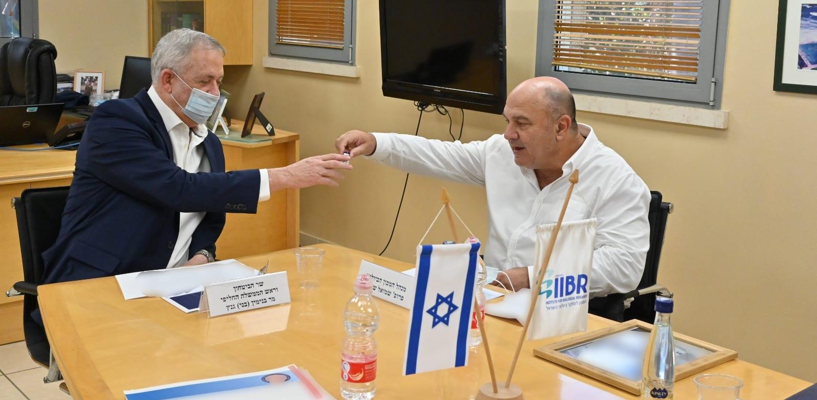 מימין: פרופ' שמואל שפירא, מנהל המכון הביולוגי, ושר הביטחון בני גנץ / צילום: אריאל חרמוני - משרד הבטחון