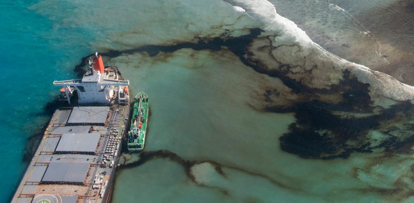 אסון הנפט מול מאוריציוס, באוגוסט. גיוסים גבוהים לקרנות המשקיעות ב־ESG / צילום: Associated Press, Gwendoline Defente
