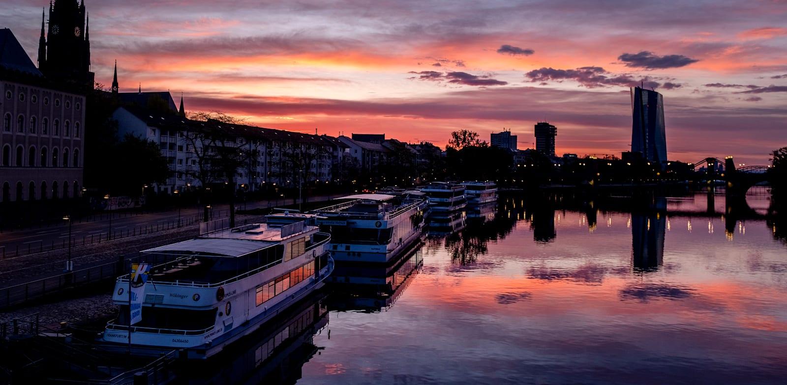 סירות התיירים חזרו לנהר מיין בפרנקפורט, גרמניה, השבוע. / צילום: Associated Press, Michael Probst