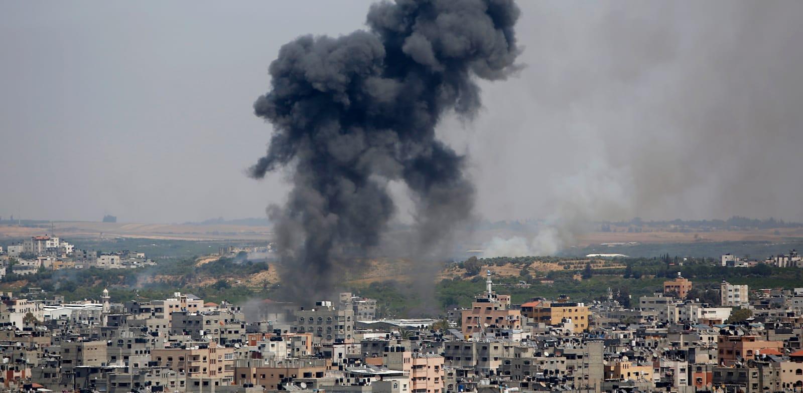 חיל האוויר תוקף בעזה בתגובה על מטחי הרקטות על ישראל / צילום: Associated Press, Hatem Moussa