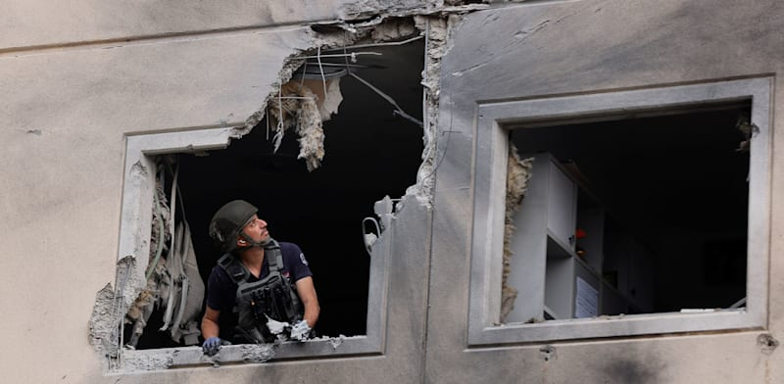 Direct hit on Ashkelon apartment Photo: Amir Cohen Reuters