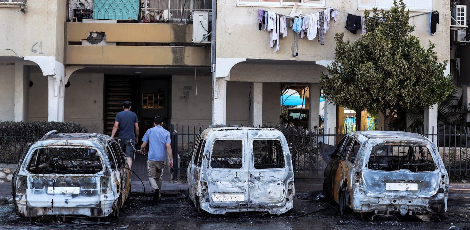 כלי רכב שורפים בלוד לאחר לילה של התפרעויות אלימות / צילום: Reuters, Ronen Zvulun